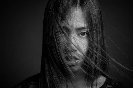 S/W portrait einer Frau im Studio